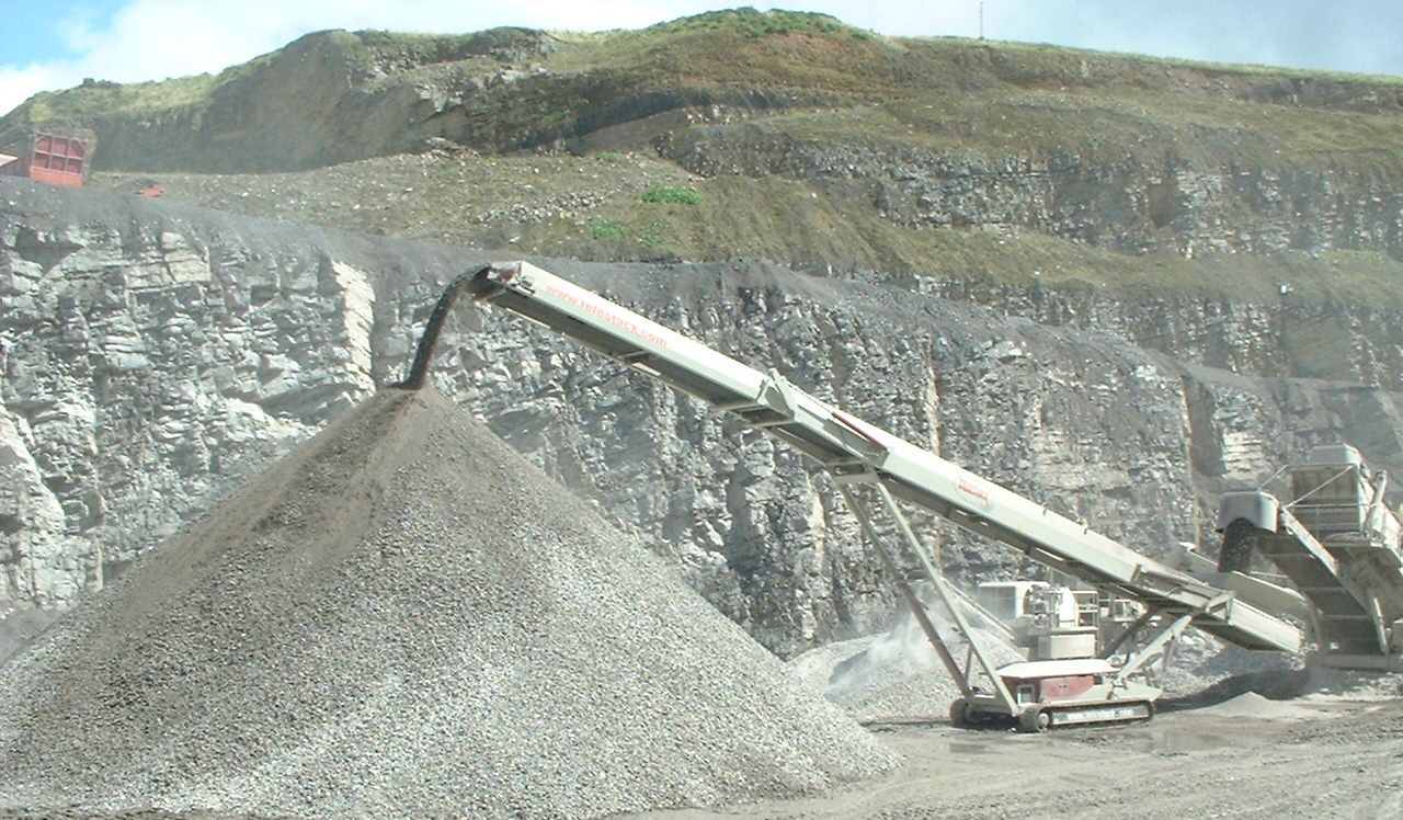 AggStack TC tracked conveyor stockpiling from mobile crusher_screen
